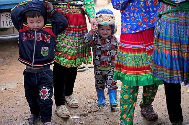 Những đứa trẻ háo hức cùng mẹ đi chơi chợ.