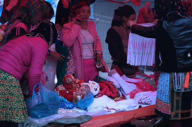 Đang dịp cuối năm, sắp đến Tết của người Mông nên những sạp bán quần áo, trang phục luôn tấp nập người mua bán.