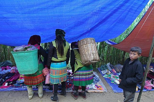 Người dân sinh sống trên cao nguyên đá trải dài 4 huyện Quản Bạ, Yên Minh, Đồng Văn, Mèo Vạc đa phần là người Mông với trang phục rực rỡ đặc trưng.