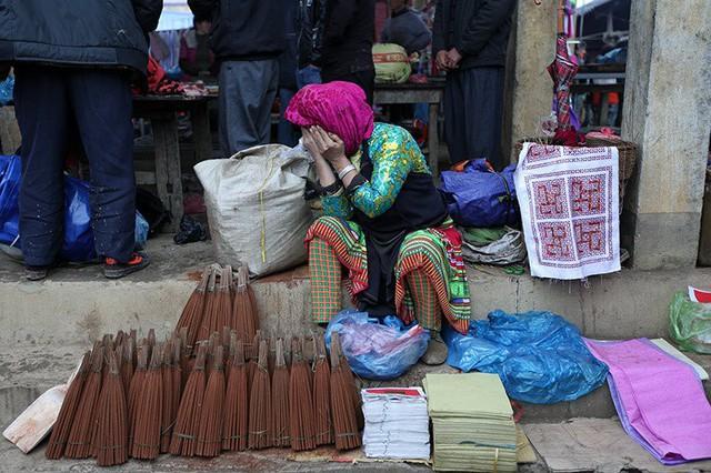 Hàng hóa được bày bán ở bất kỳ chỗ trống nào trong khu vực chợ. Cũng như những chợ phiên ở vùng đồng bằng, hàng hóa ở đây cũng đủ loại từ đơn giản như vàng mã, hương...