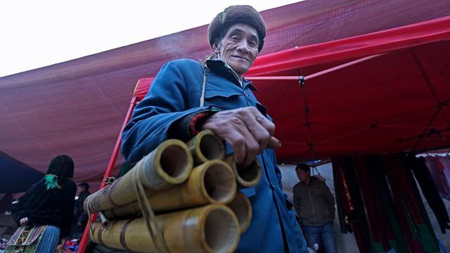 Người đàn ông này đến chợ chỉ để bán mấy chiếc điếu cày tự tay làm với giá 35 ngàn đồng/chiếc.