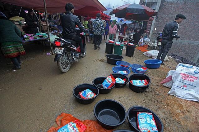 Bột giặt, chậu giặt được bày bán giữa lòng đường.