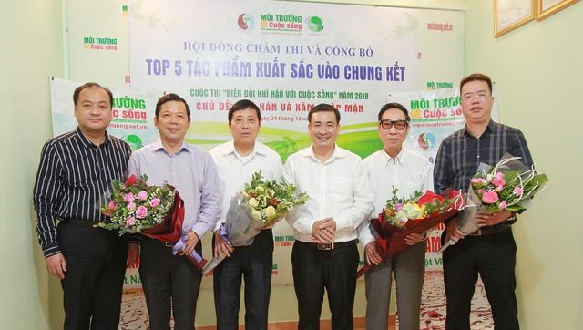 Ông Nguyễn Văn Toàn, Tổng biên tập Tạp chí Môi trường và Cuộc sống, Trưởng ban Tổ chức cuộc thi (giữa) tặng hoa Ban Giám khảo.