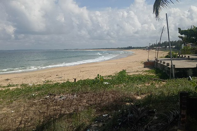 Bãi biển Rạng - nơi ông Lộc tắm bị sóng cuốn trôi, hôm 19/12. Ảnh: Sơn Thủy.