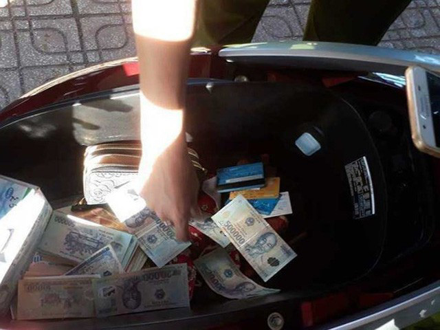 Nhiều tờ tiền bị cắt, ghép được phát hiện trong cốp xe của Nguyễn Thị Khẩn.