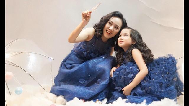 Hoài Anh gọi con gái là ước mơ xanh của mẹ. Nữ BTV cũng dành tặng con những vần thơ rất cảm động trên trang cá nhân.