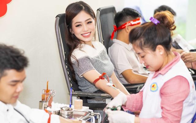 Đây không phải là lần đầu nàng hậu xinh đẹp tham gia hiến máu tình nguyện