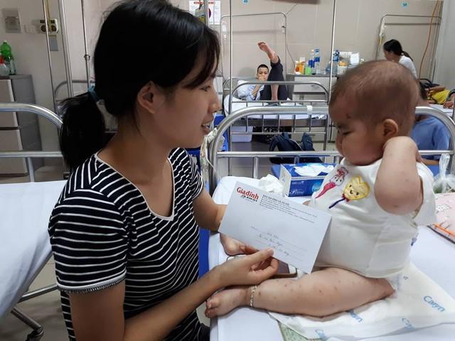 Món quà nhỏ của bạn đọc hảo tâm giúp gia đình chị Thắm bớt đi phần nào khó khăn.