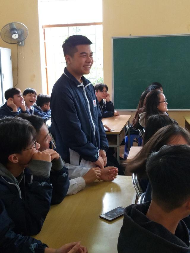 học sinh hào hứng trả lời các câu hỏi của cán bộ dân số đưa ra với chủ đề về tư vấn sức khỏe sinh sản tiền hôn nhân.