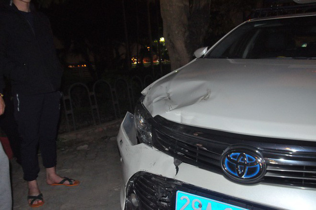 Chiếc xe chuyên dụng của CSGT do Đại uý Cường điều khiển chiều 18/12 trên đường Trích Sài bị xe Lexus đâm trúng.