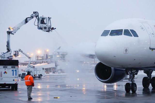 Cánh máy bay được khử băng trước khi cất cánh để giảm thiểu nguy cơ làm chết máy (Ảnh: amakaglobalairways)