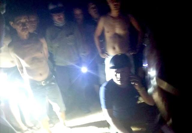 Người dân vây bắt nghi can trong đêm. Ảnh: Vinh Long.