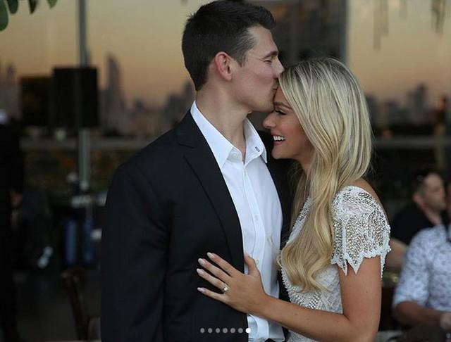 Hoa hậu Mỹ rất hạnh phúc khi được cầu hôn sau chung kết Miss Universe.