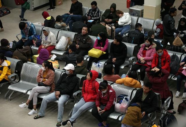 Cảnh người dân chờ xe bên trong bến lúc 16h30.