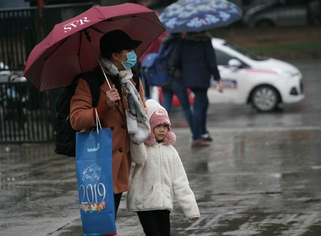 Bà mẹ cùng cô con gái đang di chuyển về điểm chờ xe buýt chạy tuyến Chùa Hương.
