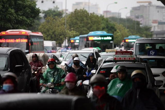 Khu vực đối diện bến xe Mỹ Đình xảy ra tình trạng ùn tắc do lưu lượng phương tiện đông hơn thường lệ.