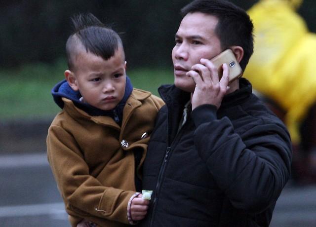 Ông bố đang gọi điện cho mẹ cậu con trai để chỉ đường vị trí mình đứng.
