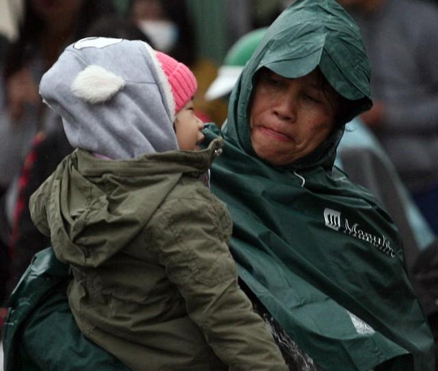Mặc dù được mặc nhiều áo ấm, mũ len nhưng bậc phụ huynh này luôn lo lắng sợ trẻ bị ướt người.