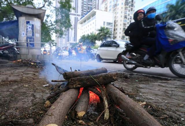 Sáng và trưa ngày 29/12 thời tiết Hà Nội không mưa nhưng nhiệt độ giảm sâu nên nhiều điểm đã phải đốt lửa sưởi ấm để mưu sinh.