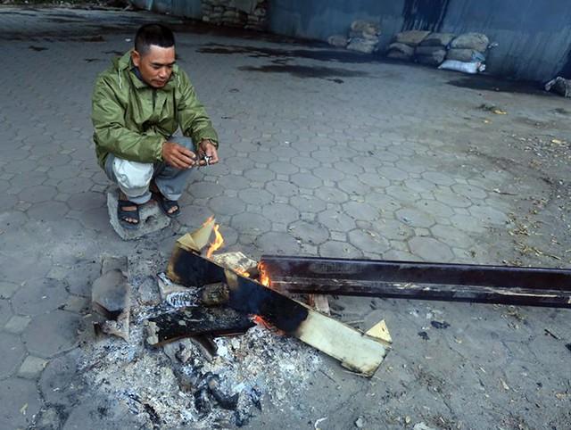Theo người dân cho biết, nguyên liệu đốt lửa không khó tìm nhất là những khu vực gần sông Tô Lịch.