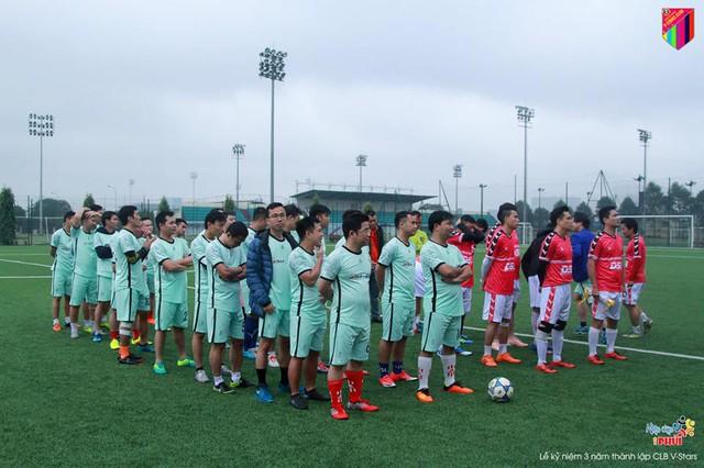 Cầu thủ hai đội ra sân từ sớm mặc dù trời mưa rét