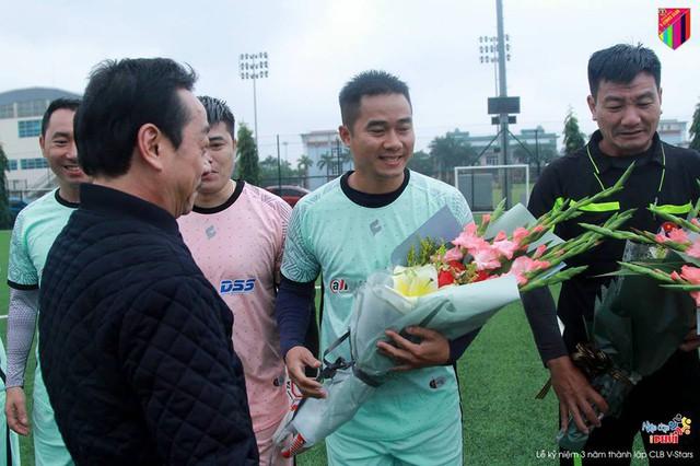 NSND Hoàng Dũng tặng hoa cho hai đội trước khi vào trận đấu