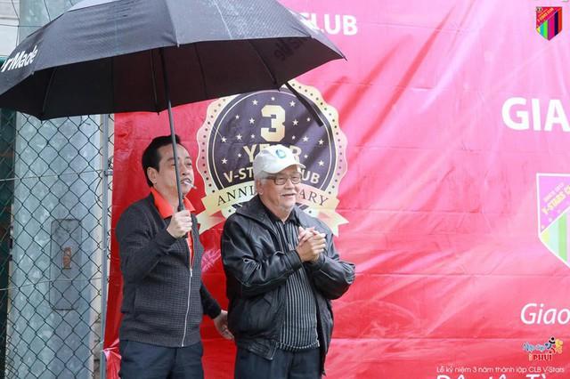 NSND Hoàng Dũng (trái) và NS Đức Trung có mặt tại trận đấu quyên góp từ thiện cho bệnh nhân Hiền