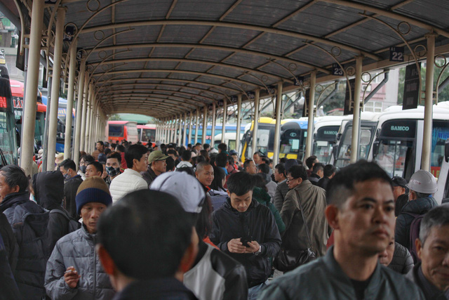 Hành khách về quê đông nghịt ở các bến xe.