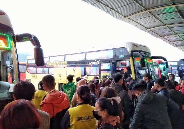Nhiều hành khách chen lấn để lên xe về quê.