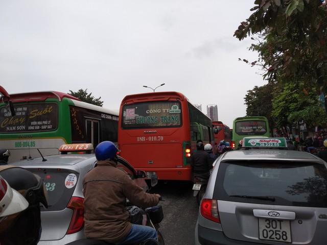 Ùn tắc trên đường Giải Phóng đoạn gần BX Giáp Bát.