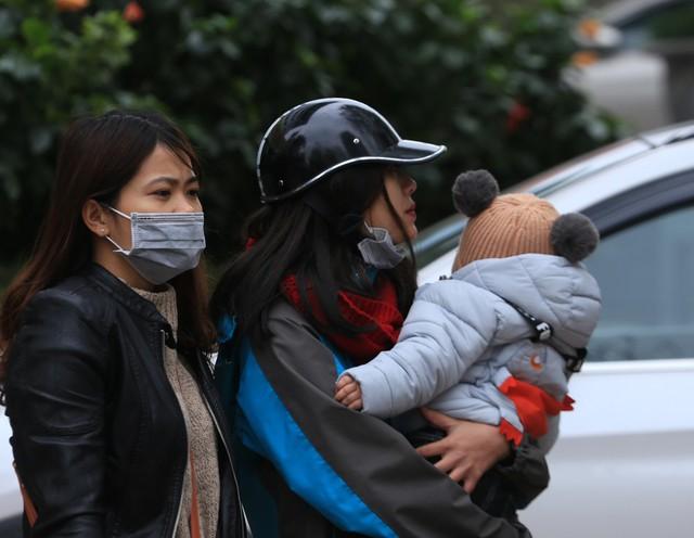 Rất nhiều gia đình chiều ngày 29/12 mới sắp xếp được công việc để về quê. Tuy nhiên, không ít người đã ngại vào bến xe nên đã bắt xe dọc đường cho tiện.