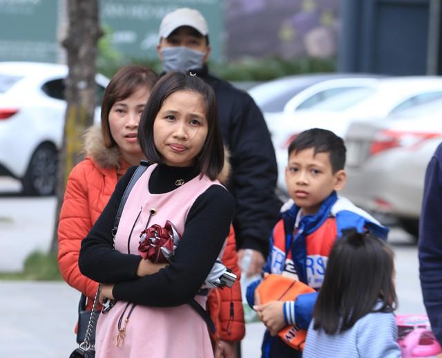 Tại khu vực đường Phạm Hùng hướng Phạm Văn Đồng, các xe chạy tuyến Phú Thọ, Bắc Giang, Thái Nguyên... trong tình trạng chật kín khách. Chính vì vậy, những người bắt xe dọc đường phải chờ đợi khá lâu mới có thể lên xe về quê.
