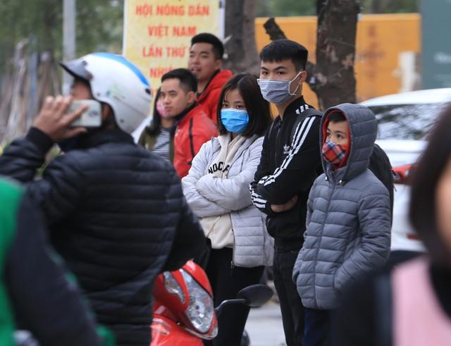 Nhiều nam thanh nữ tú dù có sức khỏe tốt nhưng cũng cảm thấy mệt mỏi dưới thời tiết lạnh giá trong lúc đợi xe.