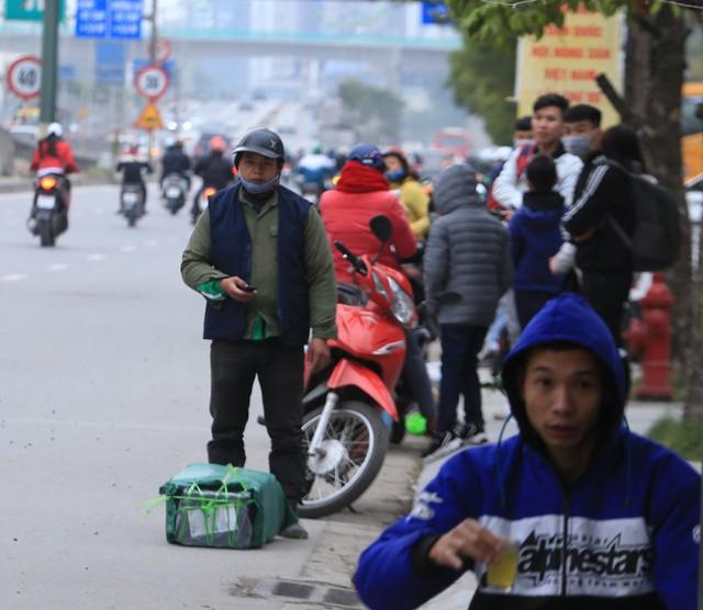 Một người đàn ông gửi hàng hóa về quê nhưng cũng đã đợi xe đến hơn 30 phút và gọi điện thoại liên tục cho nhà xe.