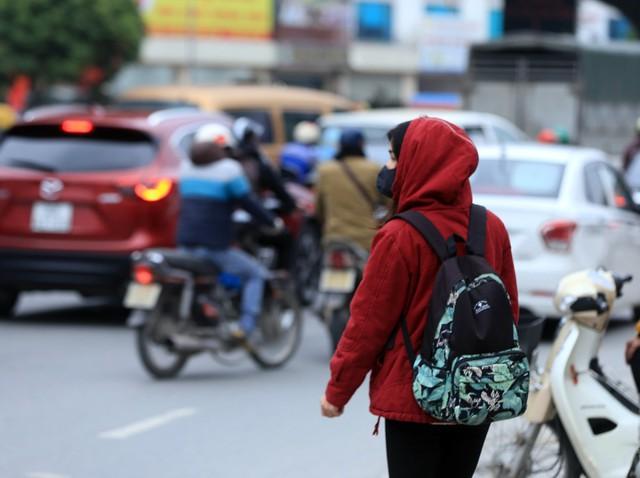 Cô gái trẻ tưởng chừng sẽ bắt được xe về Thái Bình nhưng nhiều nhà xe ra hiệu đã đủ khách, không nhận thêm.
