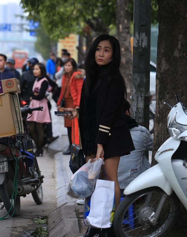 Tại khu vực trước ĐH Quốc Gia Hà Nội, rất nhiều người cũng chịu chung số phận phải đứng hàng giờ để bắt xe.