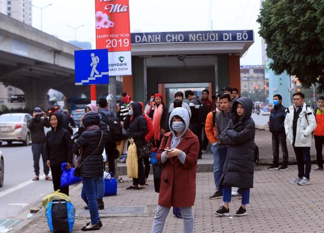 Khu vực một điểm đón xe buýt trở thành nơi đón xe khách của người dân.