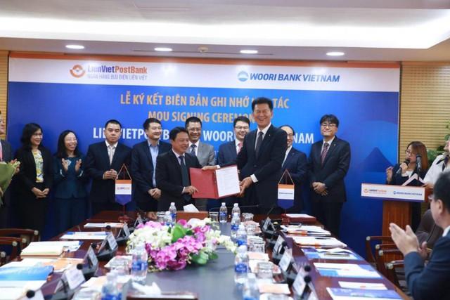 Lễ Ký kết diễn ra tại Văn phòng Hội sở Hà Nội của LienVietPostBank, vào ngày 29/11/2017. Ông Phạm Doãn Sơn, Phó Chủ tịch HĐQT kiêm Tổng Giám đốc LienVietPostBank (bên trái), đại diện cho Ngân hàng Bưu điện Liên Việt ký Biên bản Ghi nhớ.