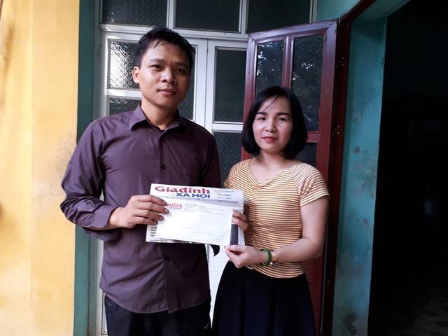 PV Phương Thuận trao tiền bạn đọc hảo tâm giúp đỡ gia đình anh Tuấn