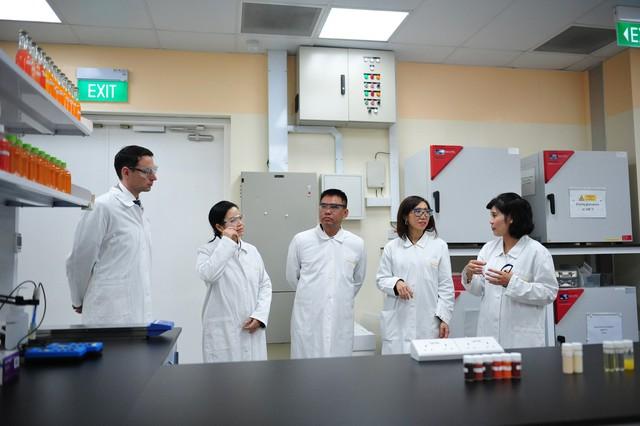 Bà Trần Thị Lệ, CEO NutiFood thăm trung tâm nghiên cứu thí nghiệm của BASF Khu vực Đông Nam Á