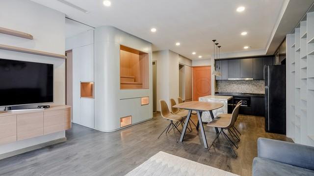 Không hài lòng về không gian bị phân nhỏ đang sống, gia chủ đã tìm đến Kiến trúc sư Nguyễn Quốc Thành cùng các đồng nghiệp để thực hiện dự án cải tạo căn hộ. KTS đã cố gắng tìm một giải pháp để hòa hợp giữa không gian chung và riêng của căn hộ một cách linh hoạt khéo léo.