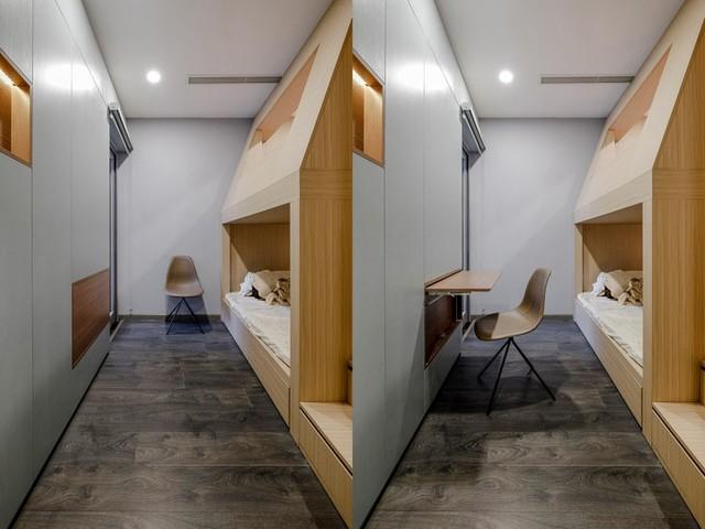 Ví dụ, ở bề mặt tủ tiếp giáp với phòng ngủ của con có lưu trữ một chiếc bàn gấp. Khi cần học bé sẽ mở bàn ra. Lúc không học, chiếc bàn được gấp lại giúp không gian căn phòng rộng rãi, thoáng đãng.
