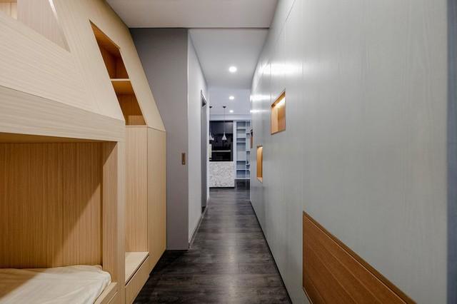 Khi những hệ cửa trượt này ở trạng thái mở, không gian riêng tư của căn hộ được hòa vào không gian chung lớn, mang tới thêm những tương tác về ánh sáng và tầm nhìn. Ảnh: Lối vào phòng ngủ của con.