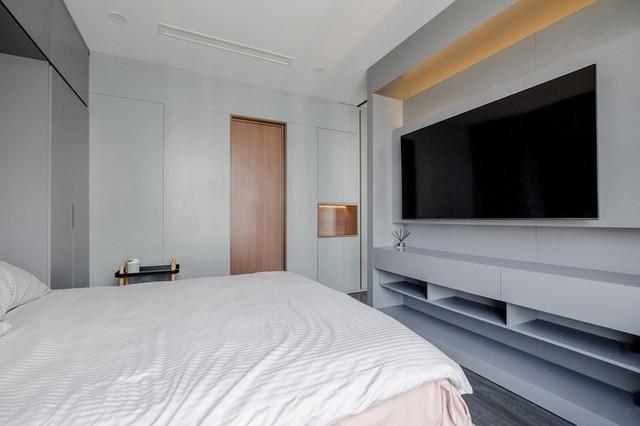 Căn hộ gây ấn tượng với tông màu xanh ghi kem điểm xuyết các mảng màu gỗ ấm. Những mảng màu này kết hợp với nhau dưới nền ánh sáng tự nhiên giúp mang lại sắc thái nhẹ nhàng và thư thái cho tổng thể không gian căn hộ.
