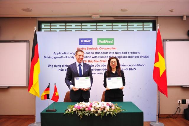 Đại diện công ty NutiFood ký kết với đại diện của Tập đoàn BASF Khu vực Đông Nam Á