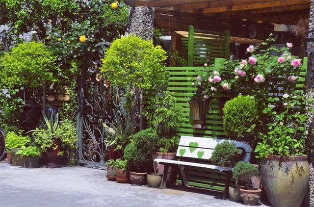 Ngôi nhà vô cùng xinh xắn và nổi bật ngay từ lối vào với các loại cây và hoa.