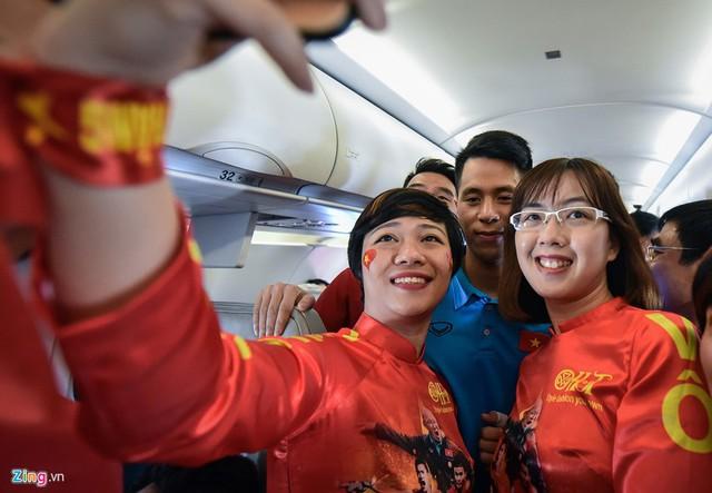 Ngay từ khi bước lên khoang máy bay, hành khách đi cùng chủ yếu là CĐV và người hâm mộ đã lần lượt được đứng cùng các học trò của HLV Park Hang-seo .
