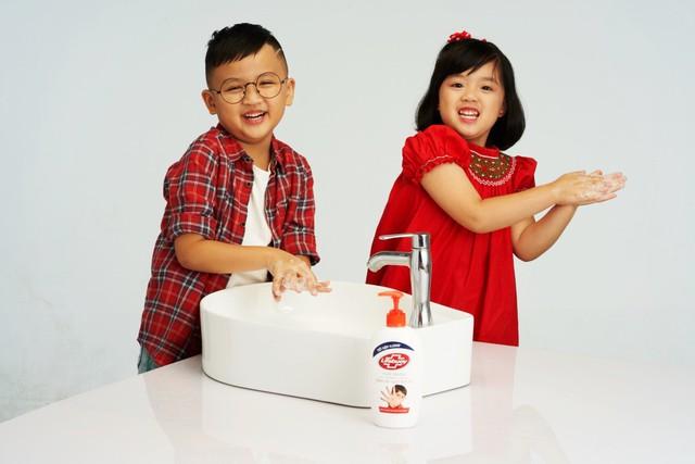 Một khi đã trở thành thói quen, trẻ sẽ tự giác rửa tay mà không cần mẹ phải nhắc nhở.