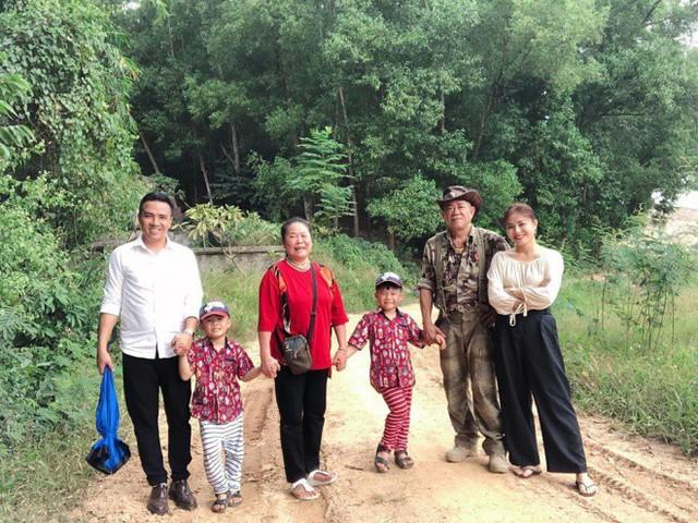 Gia đình Hoàng Linh trong chuyến về quê ngoại