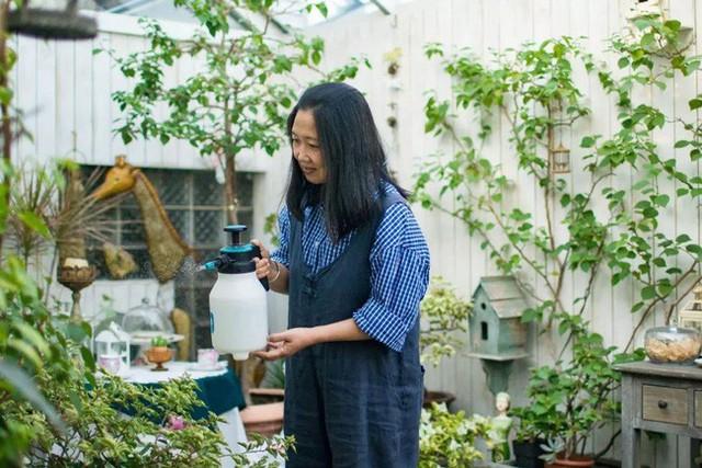 Chị luôn dành thời gian chăm sóc cây và hoa trong vườn.